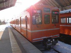 出雲大社前駅に到着です。 向かいにはオレンジ色の1000系が発車していきました。その隣に見えているのは公開展示されているデハニ50系です。