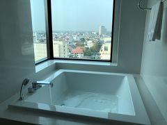 宿泊するホテルは『ル メリディアン チェンマイ ホテル』 エグゼクティブスイート2泊92620円なり。 今回は奮発した。 部屋もお風呂も広かった~ チェックインは11:00でホテル着いたのが9:00だったから、少し近くを散歩。