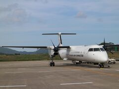石垣空港到着。 出口へは歩いて向かう。 新機材Q400CC、快適でした。