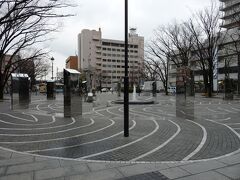 開港資料館前の開港広場。日本で最初の下水の遺構などもあります。