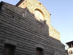 「サンロレンツォ教会」  にやってきました。    中央市場からこちらに来る道、両側で皮製品を売る露天が準備をしていました。