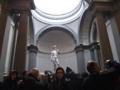中に入りました。   ミケランジェロの「ダビデ像」  さすが、人が多いです。