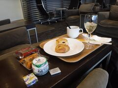 制限エリアに入り、プライオリティパスを利用してスターアライアンスラウンジへ。 軽食をいただきました。