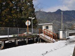 12:31 石見松原駅到着です。  車では、駅の少し手前までしか行けず、その先、雪道を歩いてたどり着きました。(笑)