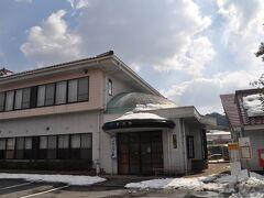 13:06 粕淵駅到着です。  向かって右側が駅舎部分です。