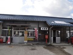 14:03 因原駅到着です。  駅舎左側は運送会社の事務所として利用されています。