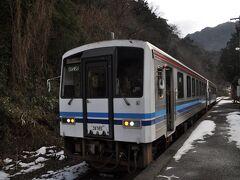 当初は、車飛ばして途中駅で下り列車に追いついて、友人が乗ればいいかなと考えていましたが、私自身の江津駅到着が遅れてそれも難しくなりました。  そこで、途中因原駅までですが、可能な限り駅めぐりすることにしました。  江津本町駅、次の千金駅はパスして川平駅、川戸駅に寄り、田津駅を飛ばして石見川越駅到着、ここで先ほどの列車に追いついてしまいました。(笑)
