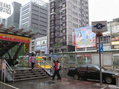 さて、テクテク歩いて到着したのは捷運信義安和駅、そこからMRTで東門駅までやってきました。