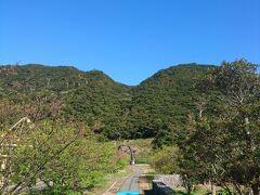 保護センターを出て、周辺を散策。 この青い道を通っていくと、橋があり、 それを渡ると群倉も見学できます。  (my trip) 9:40 奄美野生生物保護センター&周辺散策