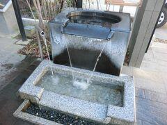 東門の井戸。 美ヶ原の扇状地である松本市内には、数多くの湧水や名水井戸があります。