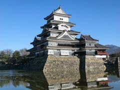 国宝・松本城の天守閣。  豊臣秀吉の家臣であった石川数正.康長父子によって戦国時代末期(1593~94年)にかけての築造と言われています。 現存する5重6階の木造天守閣としては日本最古だそうです。