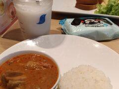 プーケット行きの飛行機に乗る前の昼食。 空港内のレストランで。