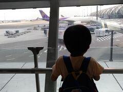 プーケット行きの飛行機。「これに乗るんだー」とわくわくの息子