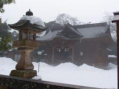 松江神社です。 ここまで、かなり苦労しました。雪すごいです。 足をおろしたら滑りそうになったり、それを避けようと足を運んだらバランス崩してあわあわしたり。 雨か気温かずるずるっとした雪の部分も多かったです。  神社内も写真の御本殿のほか奥にもうひとつ見えたのですが、あまりの深さのためか足跡が途中で引き返していたので、今回は断念しました。