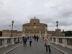 サンタンジェロ城に行きます。 中に入るのは初めてですね。