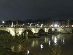 夜のサンタンジェロ橋。