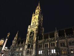 マリエン広場の新市庁舎(Rathaus)。  夜のライトアップはすごく綺麗でした。