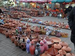 エディム広場唯一の土産屋がこれ  行ったらやっぱり買いたくなる タジンのふた付きの陶器