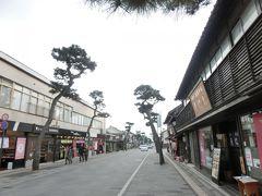 出雲大社の参道、神門通りを散策しましょう。 平日だからか・・・意外と静かです。  伊勢神宮はすごい人だったけど・・・