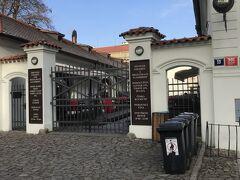 そして、時刻も11時ということで水分補給ですね。ビアーを頂きます。これはその修道院内にある醸造所の入り口です。クラシュテルニ・ピヴォヴァル・ストラホフというところです。NHKの特番でも紹介されてました。