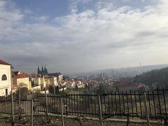 ビールを美味しく頂いていい感じにほろ酔いになったので、修道院の裏でプラハの街並みを眺めながら小休止。ここからもめちゃめちゃいい景色が見えました。この付近にはカフェもありました。