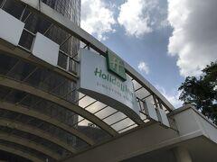 シンガポール2日目~ホテル移動日~  何も考えず予約をしてしまい、前の宿よりちょっぴり高め。 12時に1軒目のホテルを出発しタクシーで移動。早着でしたがお部屋の準備があるからチェックインできるとのご案内です。 「喫煙ルームあるけどどうする?」と訊かれそうしようかと思ったものの「6階になっちゃうよ」とのことで高層階を選ばせていただきました。20階。