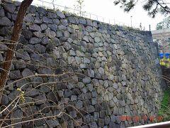 巨大な赤坂御門の石垣も・・・