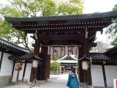 帰ろうと駅に向かって歩いていると、白峯神社を見つけてしまった。 ここもタクシーの運転手さんから聞いていたところでした。 では、中へ