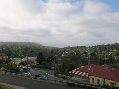 ホテルの部屋から見える景色。 遠くにブルーマウンテンズが見えています。
