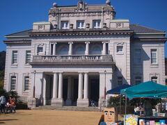 それが、こちらの県政記念館 ネオ・ルネッサンス様式で、1階はトスカナ式双柱 2階はイオニア式柱になっている 登録有形文化財にもなっている建物の二階がレストランであります