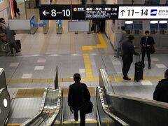京都駅。  京都  10:40/11:10《のぞみ103号》  ここでややこしい話が浮上します。強風のためこだま741号が運休する旨が乗り換え案内に表示され、慌てて京都駅で尋ねると、列車そのものは動く予定とのこと。ただ時間がどうなるか・・・だったのでとりあえずのぞみ103号に乗車します。