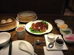 一旦ハーバーベイホテルに戻って休憩。 夜は近くのK11というおしゃれなショッピングモールで済ませました。  飲茶!!北京ダック!!美味也!!   次からはお待ちかね(?)の夜景です。