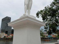 こちらは、ラッフルズ上陸記念の地 の 白いラッフルズ卿 像です。