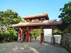 首里城へ到着。 守礼門をくぐって首里城公園へ。