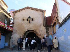 モロッコの町は昔からの旧市街(メディナという)と新市街に分かれています。  新市街は道路も整備された現代的な街並み。  一方旧市街は車も入れず、昔ながらの街並みです。  旧市街の入り口である「アイン門」から旧市街に入ります。