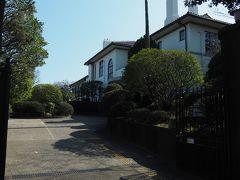 【横浜市イギリス館】 昭和12(1937)年に英国総領事公邸として 現在地に建てられました。 鉄筋コンクリート2階建てで 広い敷地と建物規模をもち 東アジアにある領事公邸の中でも 上位に格付けられているそうです。 (公式サイトより)