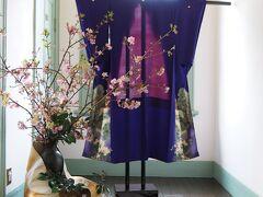 ブラフ18番館 ひな祭り装飾 廊下の飾りつけ  開催期間:2/26(月)~3/ 5(月) (解説より) 日本の伝統行事として、欠かせない節句といえば、「お雛祭り」です。 今年のブラフのひな祭り装飾は、明治と大正のお雛様が登場してます。 ちりめん工房のボランテイア団体の協力で、和テイストの着物地の古布が古き良き時代の華やかさを演出しています。 廊下正面の河津桜も見事に咲き誇り、梅春・桃春・桜春どうぞ楽しみください。  装飾協力:ちりめん工房 「千」木藤千代子氏 花装飾:冨山翔太氏(SAUCE主宰)