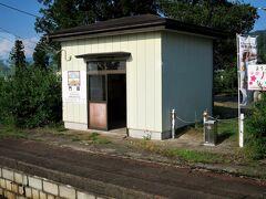 16:33 門田(もんでん)駅に着きました。(弥五島駅から31分)  下り列車と行き違いのため5分間停車します。