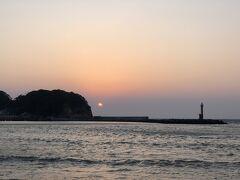 宇久須港にある民宿へチェックイン。  温泉に入って、くつろぎます。 夕飯の前に裏手にある海へ、夕陽を見に行きます。  残念ながら水平線には雲があるので綺麗な夕陽は見れなかった。 西伊豆の夕陽は大好きです。 この夕陽が見れるなら、移住したいとさえ思っています。(^_^;