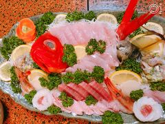 本日のお宿は「四季の里 まきば」  この民宿は温泉で料理が美味しいので気に入っています。 温泉は少しぬるめなので、ゆっくりと長湯できるのも気に入っています。  夕飯は豪華な海鮮が並びます。 地魚の船盛。 キンメも美味しかったけどムツのお刺身が美味しかった。(*^_^*)