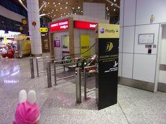 インフォメーションセンターのスタッフさんの話によると、サテライトのラウンジはリニューアル工事のようでした。 ということで、こちらのマレーシア航空ゴールデンラウンジリジョーナルの方を利用します。  (注)3月1日からサテライト側のマレーシア航空ゴールデンラウンジは利用できるようです。 https://www.ana.co.jp/ja/jp/serviceinfo/international/inflight/guide/lounge/detail/kul.html