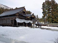 本殿前も雪がいっぱい。(  http://www.oyahikosama100nen.com/  )