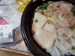 魚町銀天街をウロウロしていると、お総菜のお店が出ていました。 「フォーが半額、300円」というので、買いました。フォーは大好きです。 「スープは下に入っているから500wで3分チンして」 もちろん定宿には電子レンジがあるので、使います。部屋でテレビを見ながら美味しく頂きました。  2日(金)は友達と会い、ランチと長府へドライブ&お茶&散歩。
