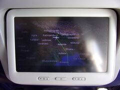 「只今、カトマンズトリブバン国際空港は滑走路が満杯のため当機は着陸ができません。管制塔の着陸許可が下りるまで、1時間ほど旋回しています」と機長からのアナウンスがありました。  1時間ほど旋回(;゚Д゚)??? お~い!何なんだよ~\(◎o◎)/!  果たしてカトマンズにいつ着けるのか分からないままシートベルトを締めて悶々と待っている私。 乗り遅れた客の荷物を探して遅れて、そして滑走路満杯で着陸できないって散々じゃん!  勘弁してよ~(>人<;)。 私の思いのこもった?心の声と共にクアラルンプールから来た飛行機はカトマンズ上空でウロウロしているのでした。  ※これにて旅行記その1を終わりにします。 続きはその2になります。 よろしくお願いします(-人-;)。