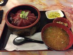 夜ご飯はホテルの目の前にある日本食のお店、金八レストランへ。  マグロ丼を食べました♪  店員さんは地元の方のようですが、日本語がお上手!
