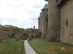 中世の絵巻物のような城砦が延々と続いている。