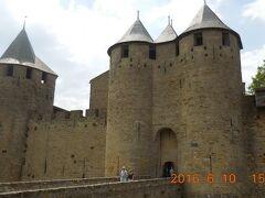 ナルボンヌ門。鉛筆を立てたような塔がフランスらしい。