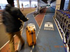 第3ターミナルへは歩くと500mちょっと。 我々はシャトルバスに乗るので左へ・・・。