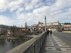 一息ついたところで、橋を渡ります。この橋、実はなかなかのビュースポットで西にプラハ城が綺麗に見えました。