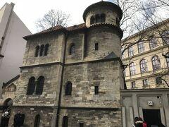 儀式の家です。遺体置き場に使われていたようです。このとなりにユダヤ人墓地もあるようでした。ここもあまり時間がなかったので中の展示は見ませんでした。  写真右下に見えるように公衆トイレが設置されていましたので、利用しました。ここは確か15コルナ…?くらいでした。